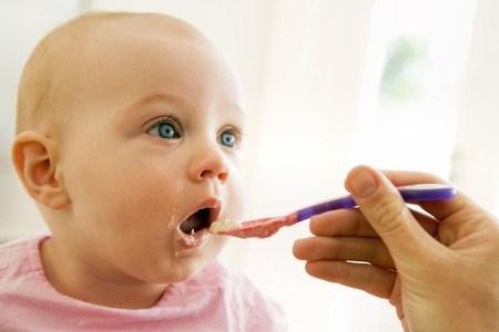 Tập luyện cho trẻ hay ọe khi ăn