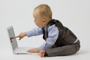 """khả năng ngôn ngữ và giao tiếp bình thường cũng theo đó mà ảnh hưởng, cho trẻ tiếp xúc với """"công nghệ"""","""