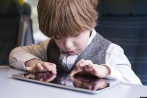 bé mắc chứng tự kỷ, Làm gì khi con bị tự kỷ, Cách phát hiện bé bị Hội chứng tăng động giảm chú ý ADHD Bé phát triển ngôn ngữ thế nào