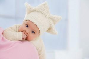 Bế trẻ đi dạo như thế nào, các mốc phát triển của trẻ sơ sinh