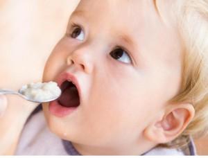 tập cho bé ăn dặm đúng cách, ăn dặm đúng cách, cách cho con ăn dặm đúng cách