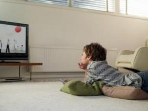 có nên cho trẻ xem tivi