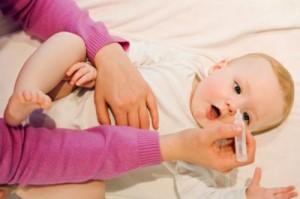 làm thế nào rửa mũi cho bé, làm thế nào vệ sinh mũi cho bé