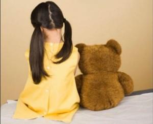 bé tự kỷ, bệnh tự kỷ, triệu chứng bệnh tự kỷ ở trẻ em