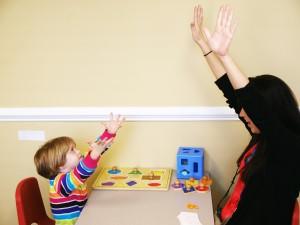 những biểu hiện của bệnh tự kỷ ở trẻ em, dạy trẻ tự kỷ