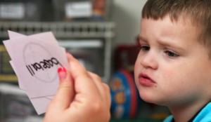 triệu chứng bệnh tự kỷ ở trẻ em, biểu hiện của bệnh tự kỷ ở trẻ nhỏ