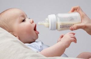 trẻ sơ sinh bị dị ứng sữa