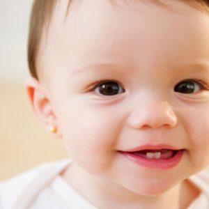 trẻ thay răng sữa, tre bi sau rang lam the nao