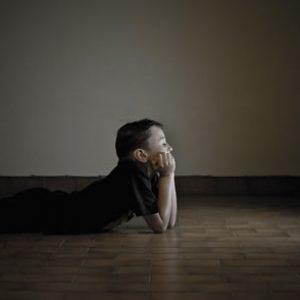 trẻ xem tivi nhiều có tác hại gì